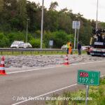 Vrachtwagen verliest lading klinkers en komt terecht midden op de A50 bij loenen